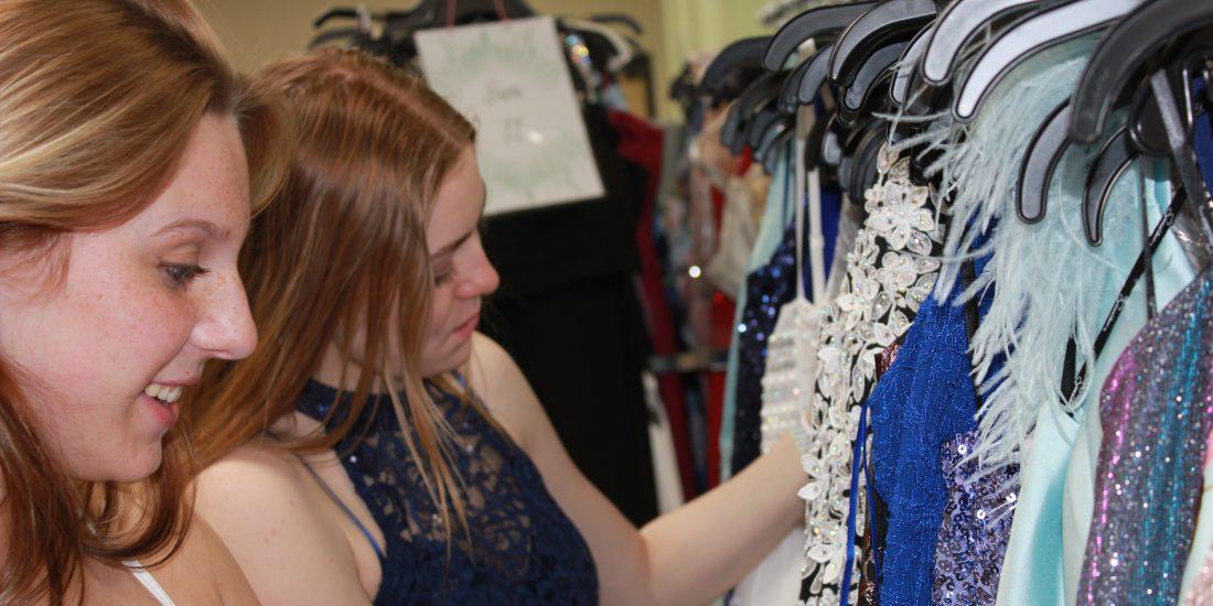 Ella and Cailin Shopping 2021 (6)